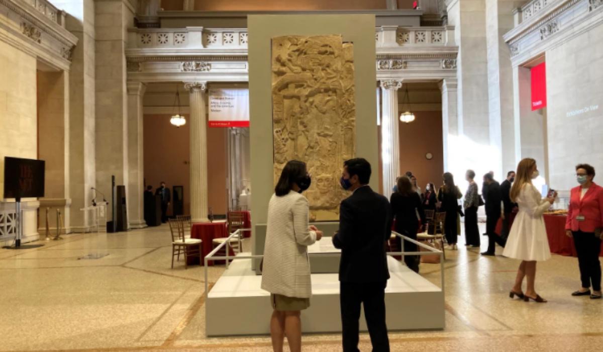 Un hombre y una mujer observan un monumento de arte maya del siglo VIII que corresponde a la estela del rey K'inich Yo'nal Ahk II (664-729), instalado hoy en el vestíbulo del Museo Metropolitano de Nueva York (Met), en Nueva York (EE.UU.). EFE/ Helen Cook