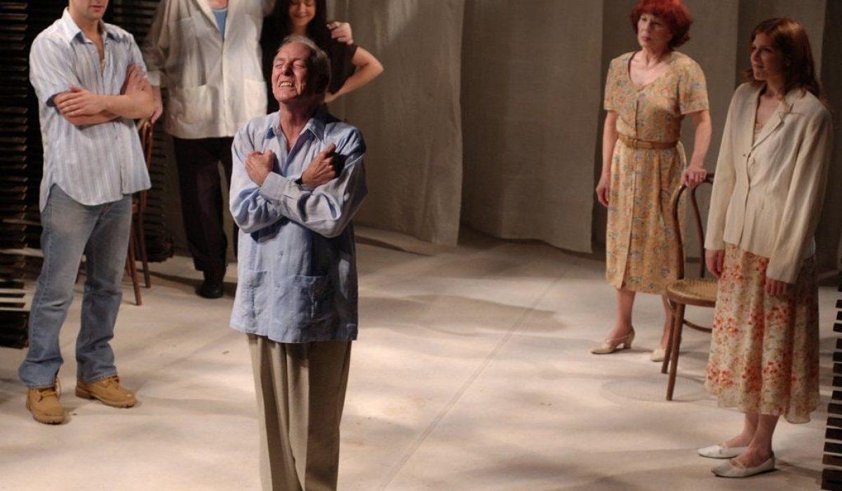 Ricardo Barber recibiendo aplausos al final de una presentación de La Gringa en 2010. Fotografía por Michael Palma Mir.